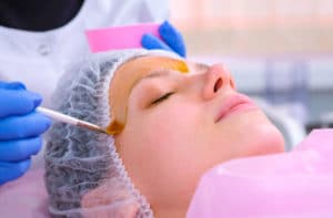Tratamento com peeling químico para rejuvenescer o rosto.